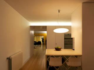 M Apartment: Cozinhas  por TERNULLOMELO Architects,Moderno