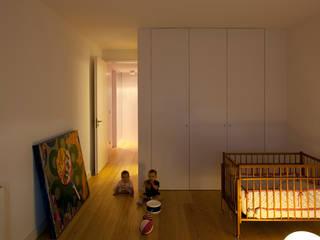 M Apartment: Quartos de criança  por TERNULLOMELO Architects,Moderno