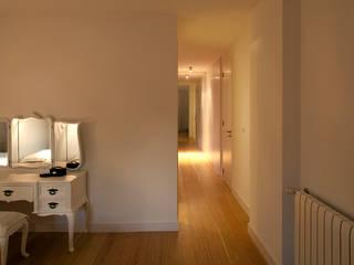 M Apartment: Quartos  por TERNULLOMELO Architects,Moderno