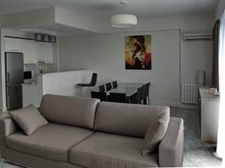 ALUSHTA ROYAL APARTMENTS Soggiorno moderno di MG International Moderno