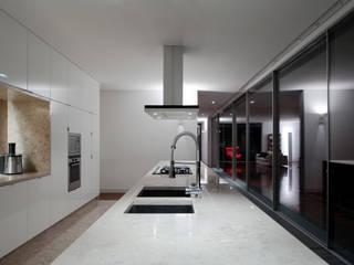 Casas de Paço de Arcos: Cozinhas minimalistas por Atelier Central Arquitectos
