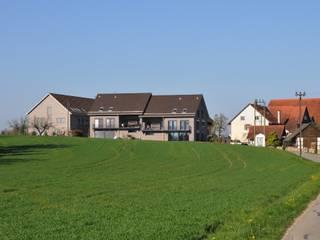Wohnen im Grünen in preisgekrönten Minergie-P-Eco Doppeleinfamilienhäuser: moderne Häuser von Honegger Architekt AG