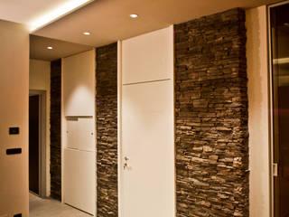 RACCONIGI R01 Ingresso, Corridoio & Scale in stile moderno di EGO ARCHITETTURA S.R.L. Moderno