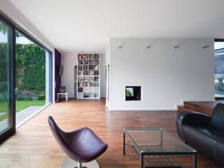 Stadthaus Neuss: moderne Wohnzimmer von Wichmann Architekten Ingenieure GmbH