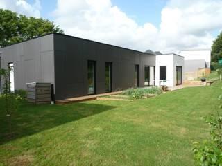 Maison de plain-pied en Black & White: Maisons de style  par atelier 742