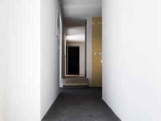 Casa em Torres Vedras: Corredores e halls de entrada  por Atelier Central Arquitectos