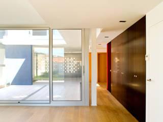 casa Ch_V: Pasillos y vestíbulos de estilo  de AGUA_architects