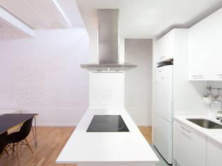 Península cocina: Cocinas de estilo moderno de Dolmen Serveis i Projectes SL