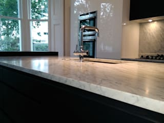 Kitchen Kensington W8:  Kitchen by CasaNora,