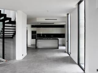 Villa N 03: Salle à manger de style  par 2&1