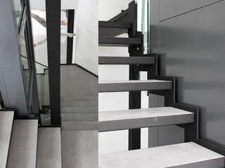 Villa N 03 Couloir, entrée, escaliers modernes par Deux et un Moderne