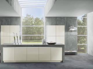 Designküche mit weißen Glasfronten: ausgefallene Küche von Dick Küchen