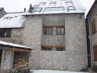 Fachada a patio: Casas de estilo  de DE DIEGO ZUAZO ARQUITECTOS