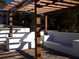 Zona de estancia a la sombra al borde de la piscina: Piscinas de estilo  de DE DIEGO ZUAZO ARQUITECTOS