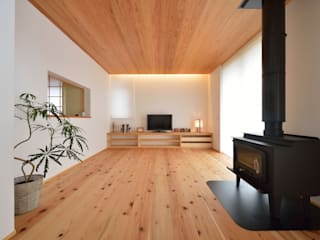 国産杉と珪藻土のリビング: 株式会社北村建築工房が手掛けたです。