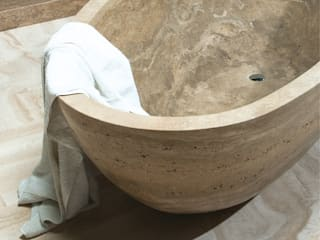 Roman travertine bathroom Caucci Home Baños de estilo clásico