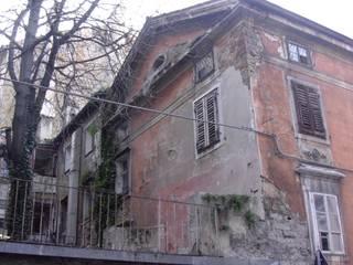 Timpano prima del restauro :  in stile  di graziella bloccari architetto