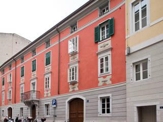 facciata principale dopo il restauro :  in stile  di graziella bloccari architetto