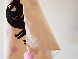 """Housse de coussin, """"Petit chat noir dans les près """" décoré de pompons roses:  de style  par milicancrelat"""
