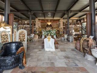 Entrata salone: Negozi & Locali commerciali in stile  di Lacole Casa Italiana