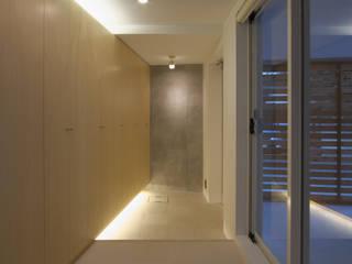 世田谷区O邸: 株式会社STN建築工房が手掛けた廊下 & 玄関です。,