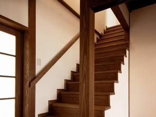 アトリエ優 一級建築士事務所 Eclectic style corridor, hallway & stairs
