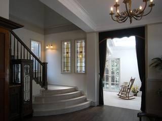 階段ホール: アトリエ優 一級建築士事務所が手掛けた廊下 & 玄関です。
