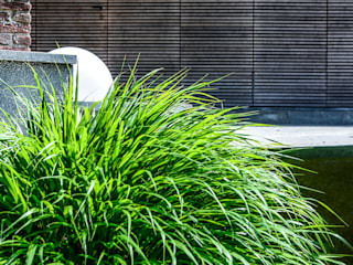 Giardino in collina di Torino: Giardino in stile in stile Minimalista di Ginkgo Giardini