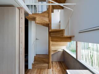 Pasillos y vestíbulos de estilo  de 藤田大海建築設計事務所