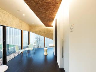 1階動物病院の待合スペース モダンな商業空間 の atelier CHOCOLATE モダン