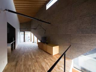 シナ合板による造作家具: atelier CHOCOLATEが手掛けたリビングルームです。,