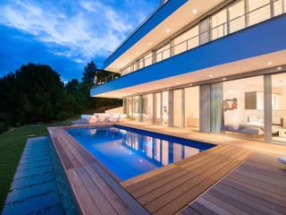 Pool im Gartengeschoss mit Talblick Moderne Pools von homify Modern