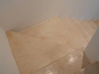 Rivestimento continuo della scala in muratura Tadelakt keloe Ingresso, Corridoio & Scale in stile mediterraneo