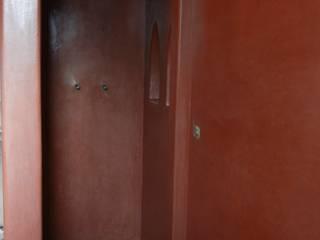Sala da Bagno in Tadelakt Rosso Marrakech Tadelakt keloe Bagno in stile mediterraneo