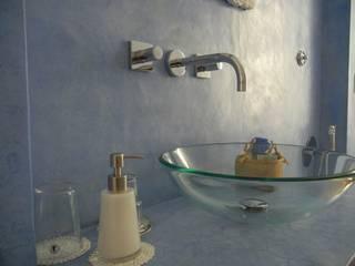 Tadelakt di Marrakech nel bagno per gli ospiti del B&B : Bagno in stile  di Tadelakt keloe