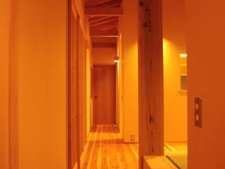 里山の麓の家 : 一級建築士事務所 CAVOK Architectsが手掛けた廊下 & 玄関です。