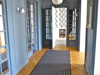 JOUFFROY D'ABBANS: Couloir et hall d'entrée de style  par URBAN D&CO