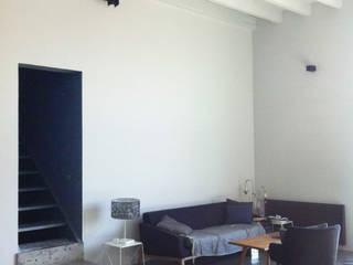 Transformation d'un hangar en loft Salon industriel par Céline PEYRE Architecture Intérieure Industriel