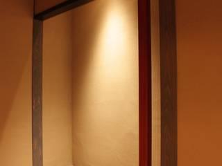 三条町の家: 一級建築士事務所 CAVOK Architectsが手掛けた寝室です。