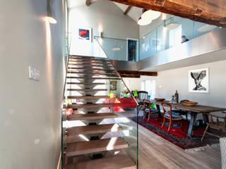 Couloir et hall d'entrée de style  par E2 Architecture + Interiors