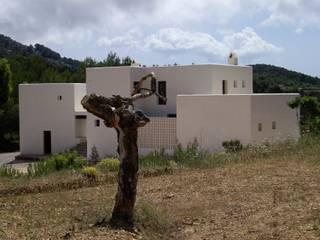 Vivienda unifamiliar aislada en Can Curt. Santa Inés de Corona. Ibiza: Casas de estilo  de DE DIEGO ZUAZO ARQUITECTOS