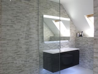 Spacious Modern shower room Phòng tắm phong cách hiện đại bởi PTC Kitchens Hiện đại
