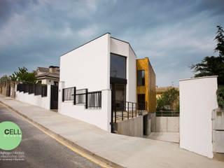 Vista desde la calle en ángulo.: Casas de estilo  de Cell Workshop Architecture