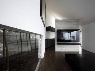 Salon moderne par 株式会社廣田悟建築設計事務所 Moderne
