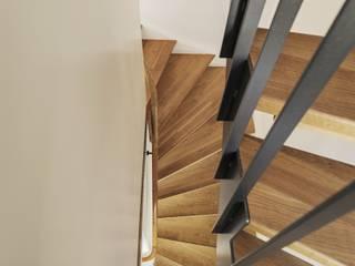 Pasillos, vestíbulos y escaleras clásicas de Beat Nievergelt GmbH Architekt Clásico