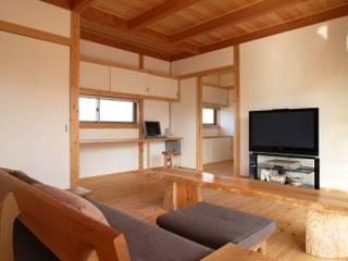ห้องนั่งเล่น โดย 三宅和彦/ミヤケ設計事務所, เอเชียน