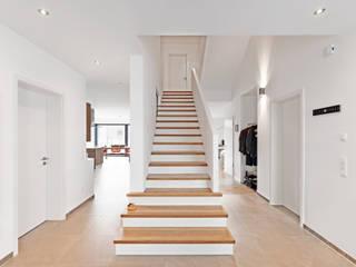 ... und weiß dominiert doch .... - Einfamilienhaus Straelen Klassischer Flur, Diele & Treppenhaus von Architektur I Stadtplanung Verhoeven Klassisch
