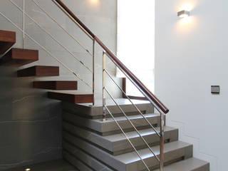 Modern Corridor, Hallway and Staircase by Studio Nomo Modern