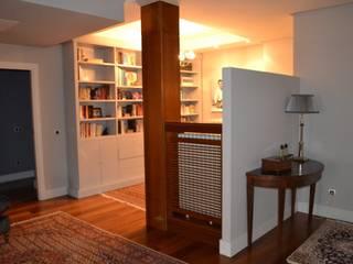 Vestíbulo y salón de la vivienda: Pasillos y vestíbulos de estilo  de DE DIEGO ZUAZO ARQUITECTOS
