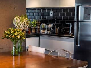 Modern kitchen by Casa 2 Arquitetos Modern